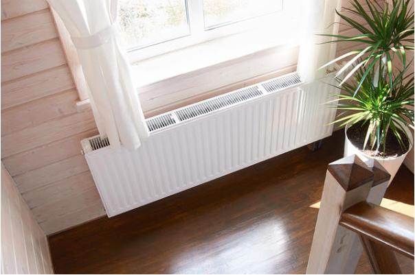 Современный радиатор отлично выглядит настене изклееного бруса